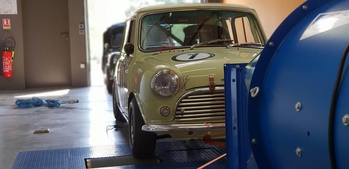 Mini Austin sur le banc de puissance au Garage des Damiers