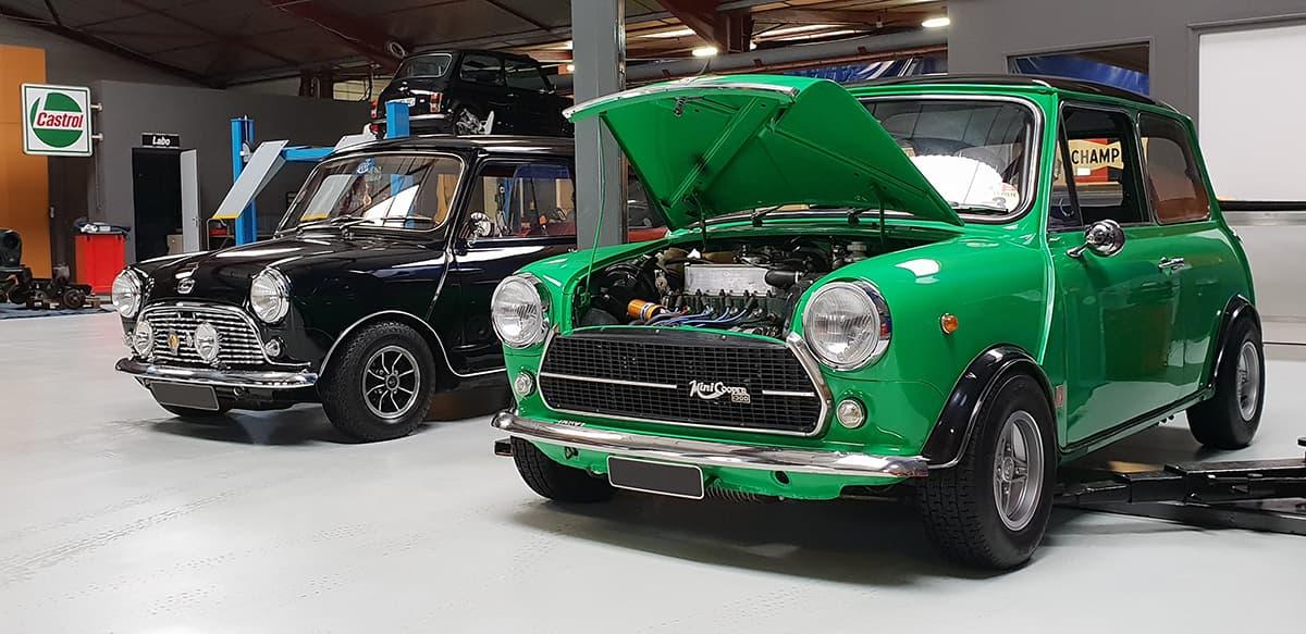 Austin Mini dans l'atelier mécanique du Garage des Damiers