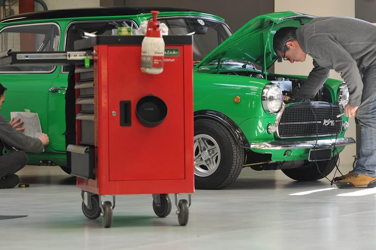 Atelier mécanique équipé de quatre ponts élévateurs - Entretien véhicule de collection