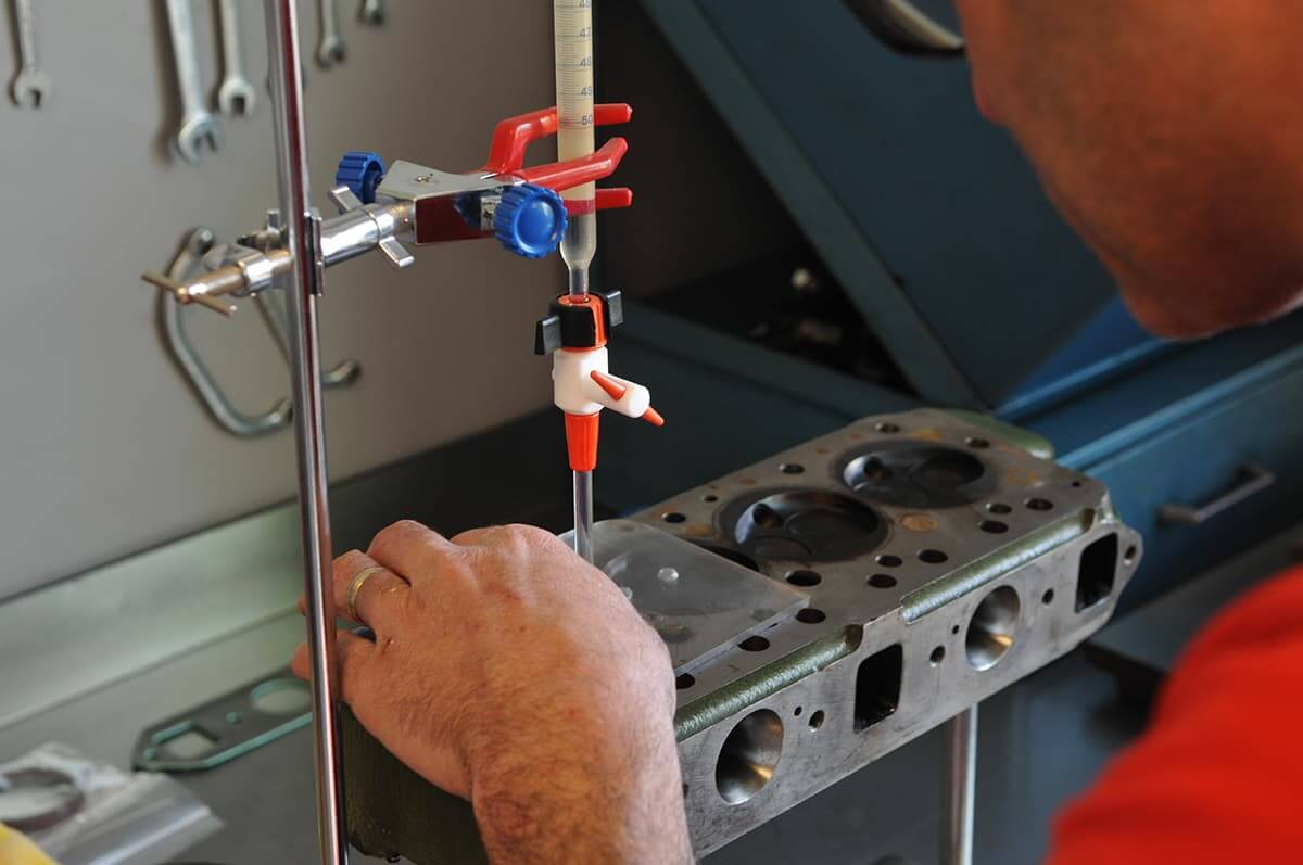 Réfection mécanique (moteur, boîte, pont ou overdrive), électrique, partielle, ou une restauration complète d'origine