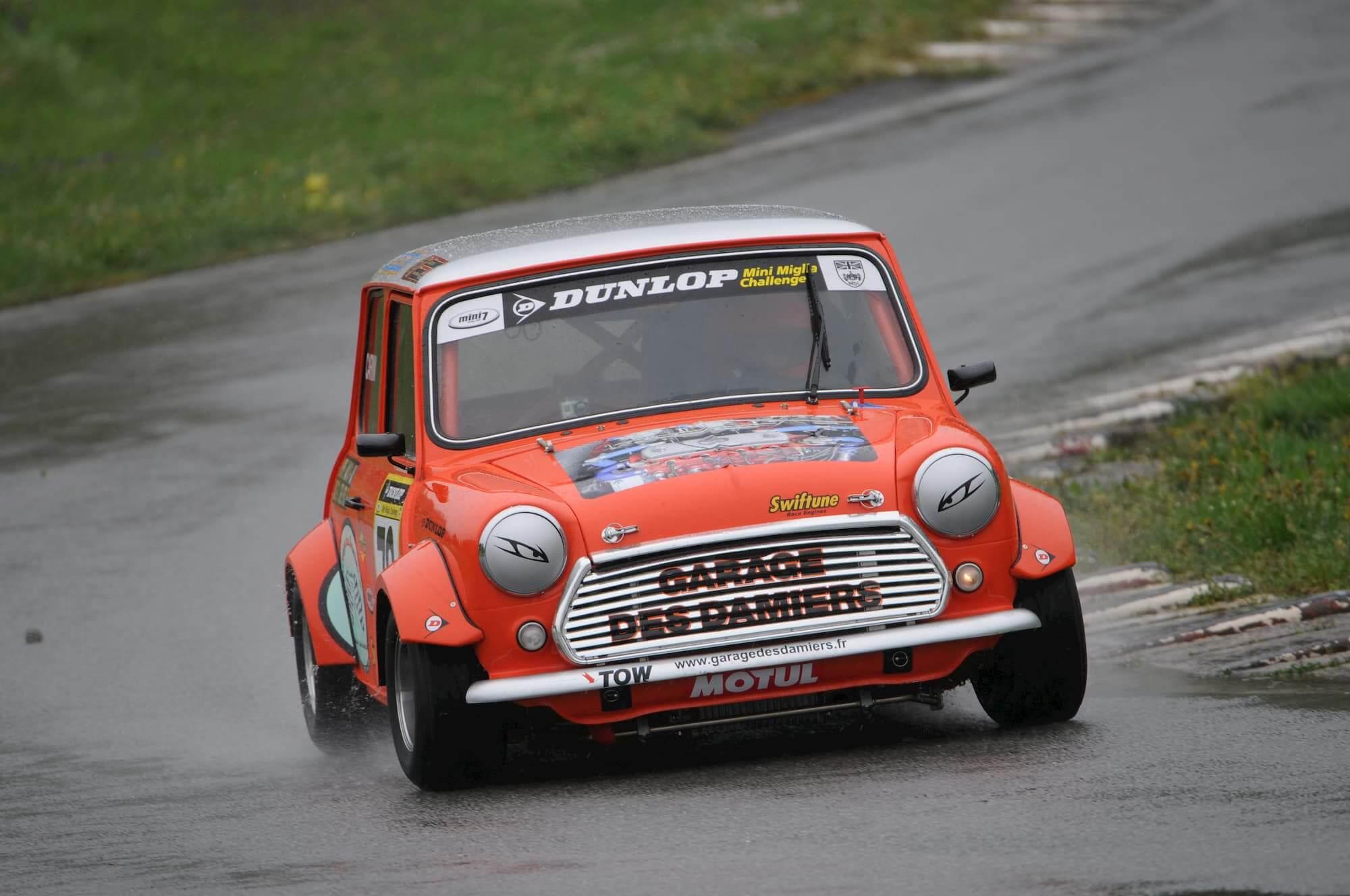 Mini Austin 1460cc sur le circuit de Charade - Vintage car racing