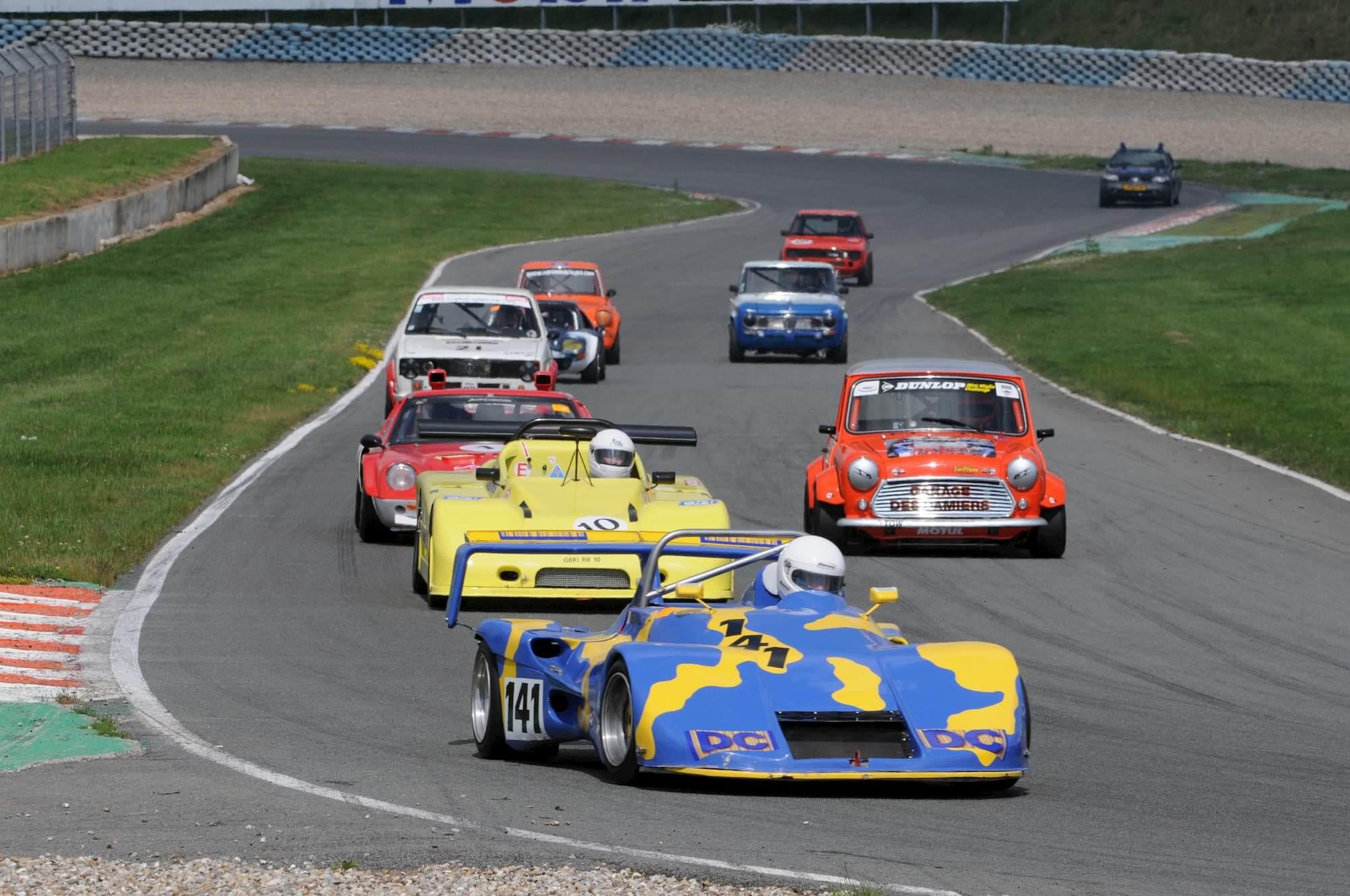 Mini Austin Miglia 7 en course pour le Trophée Saloon Car - Voiture ancienne Sixties