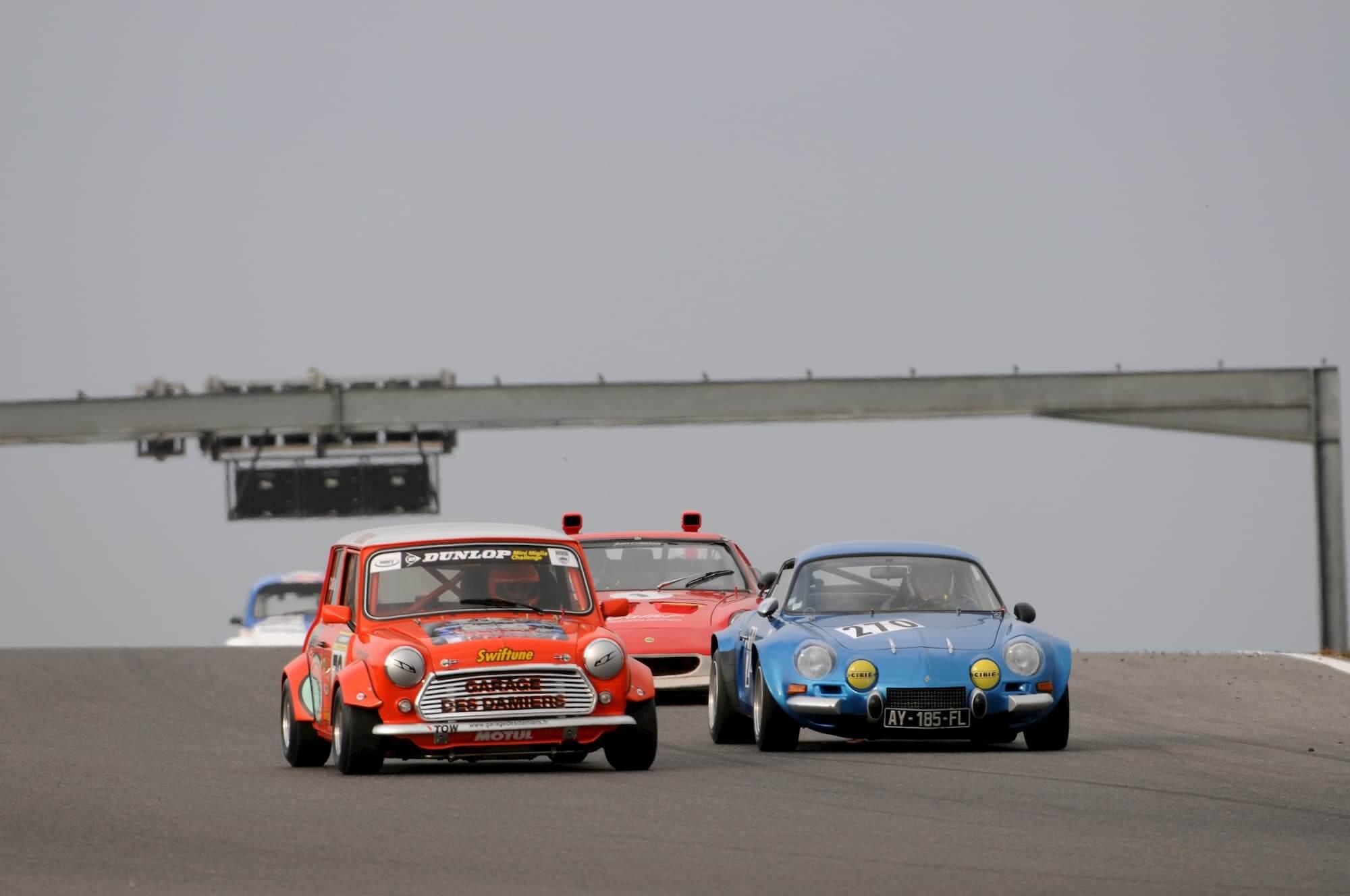 Vintage car racing sur le circuit dijon prenois en bourgogne