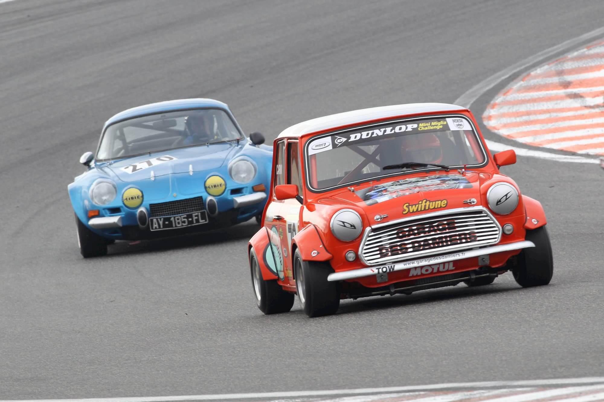 La mini austin sur le circuit de Dijon-Prénois, un circuit de légende pour la course automobile vintage