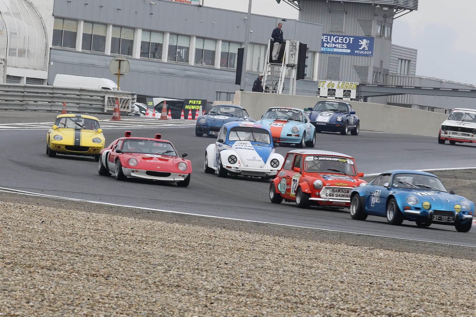 Austin Mini Miglia 7 et ses concurrents sur le circuit de Lédenon dans le Gard
