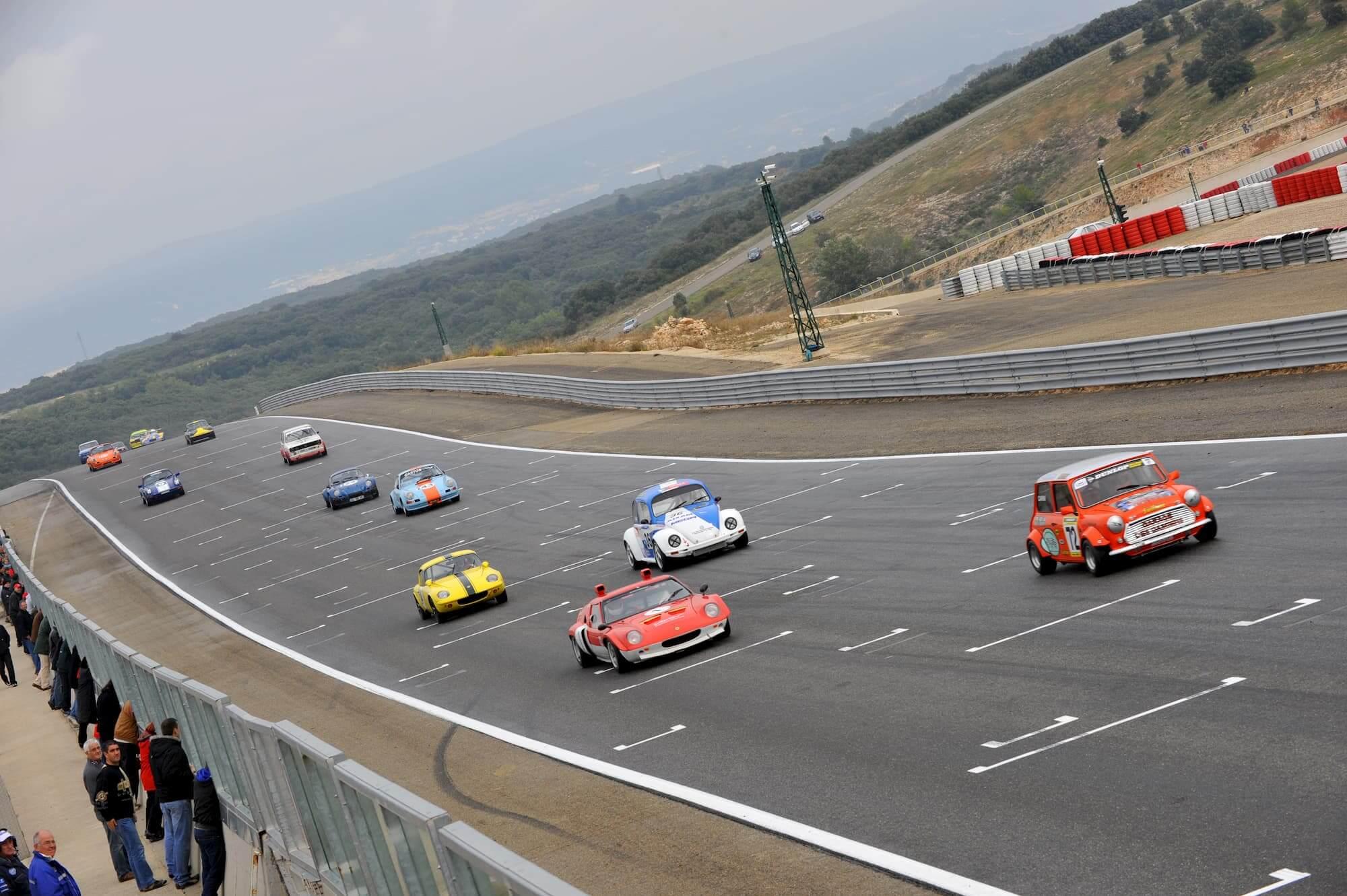 Mini austin 1460 cc sur le circuit de ledenon - vintage racing automobile