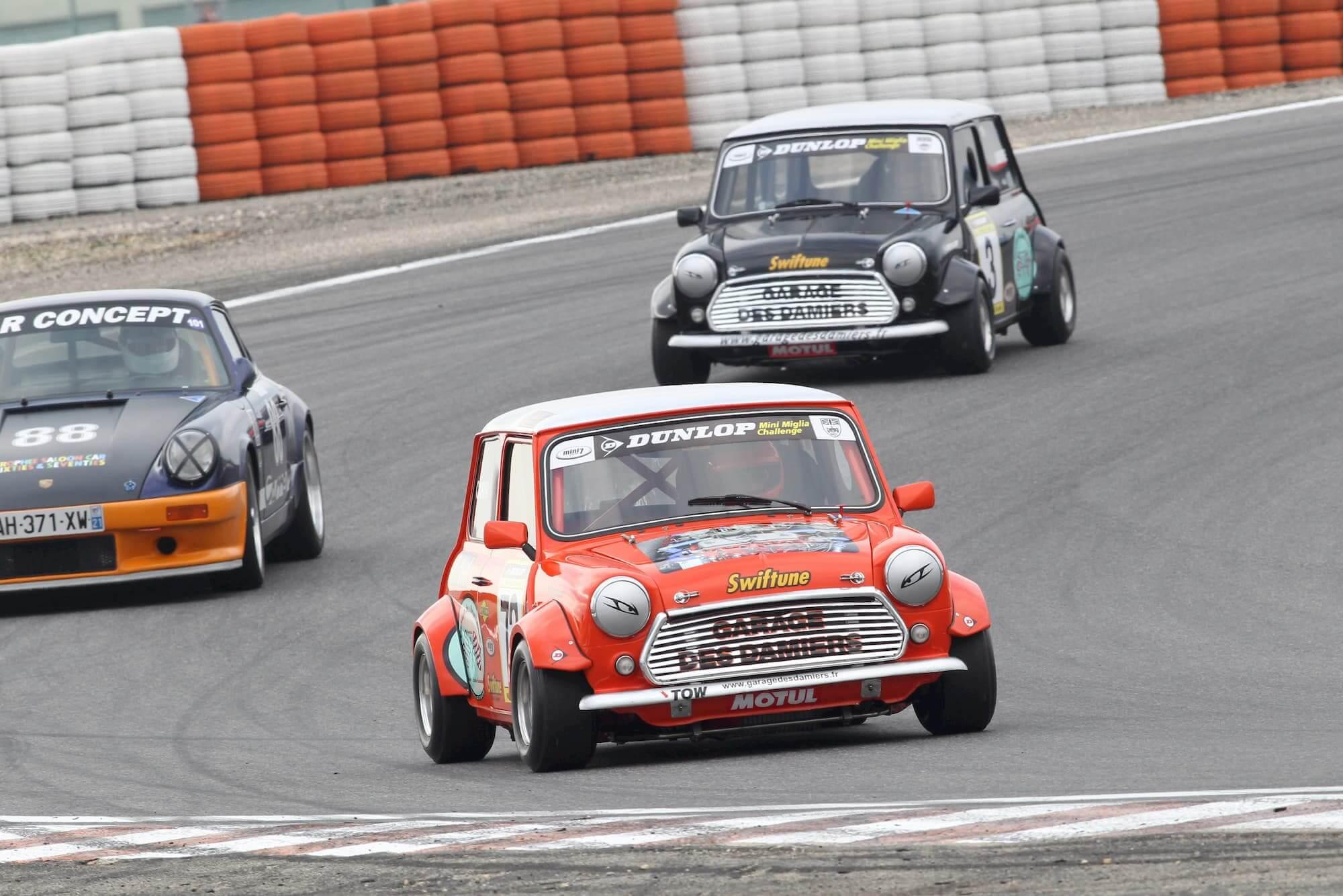 Austin mini - voiture de course - circuit ledenon