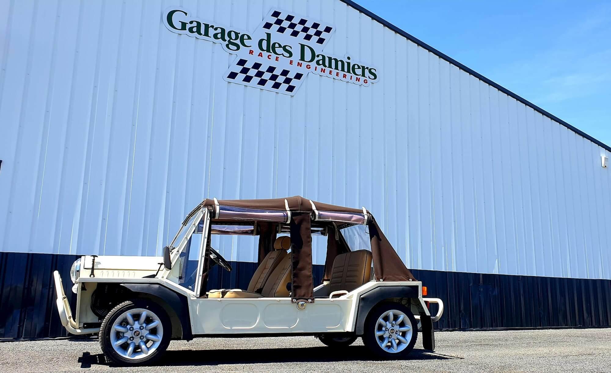 Mini Moke devant le Garage des Damiers, spécialiste mini et voiture ancienne