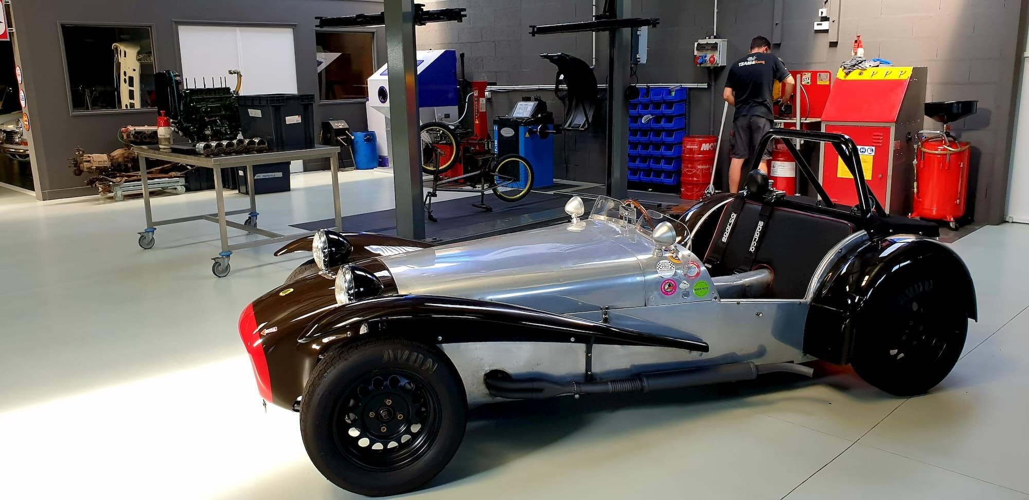 Lotus seven dans l'atelier mécanique du Garage des Damiers - compétition automobile