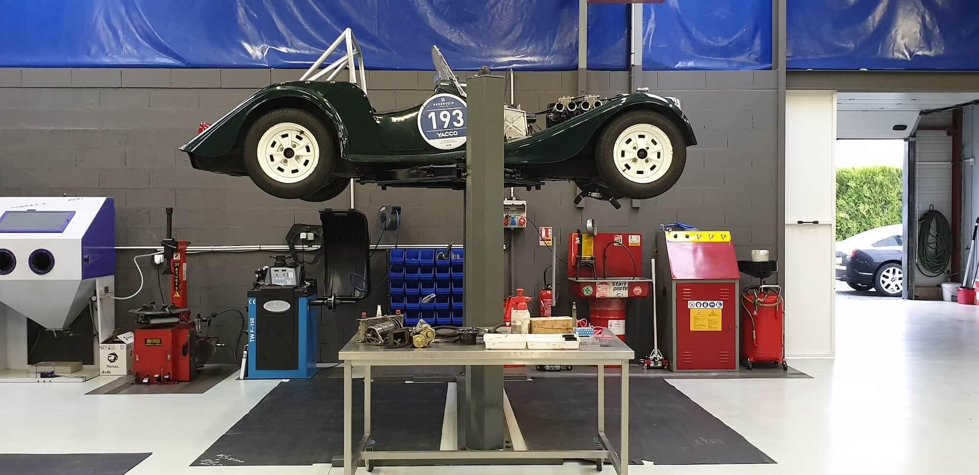 Garage des damiers - Morgan voiture en préparation pour la course automobile