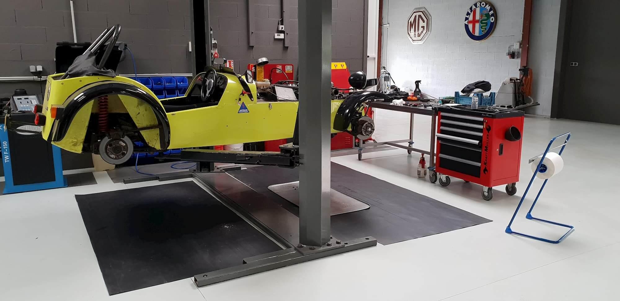 Lotus seven dans l'atelier mécanique - en préparation pour la course automobile