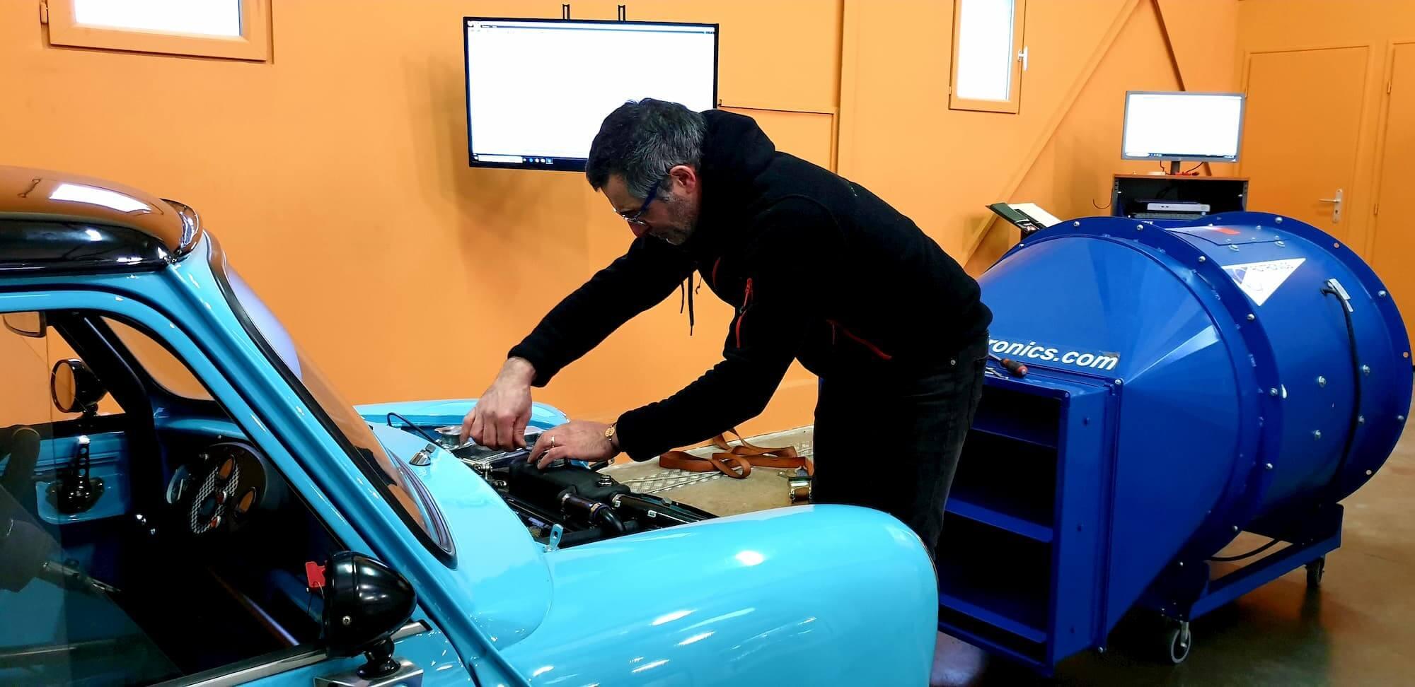 Austin mini sur le banc de puissance au Garage des Damiers - Race engineering