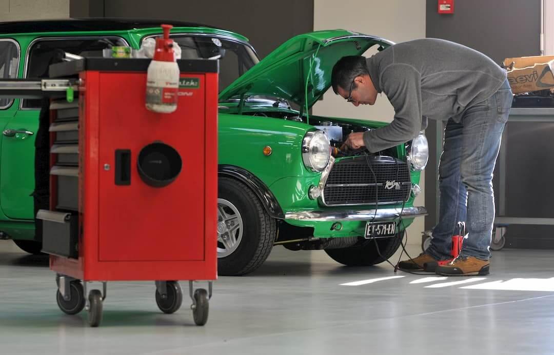Austin mini innocenti, vintage car à l'atelier mécanique du Garage des Damiers