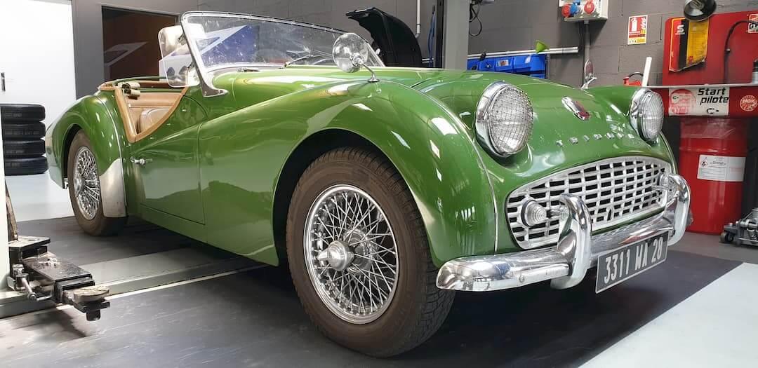 Triumph dans l'atelier mécanique du Garage des Damiers à Dreux