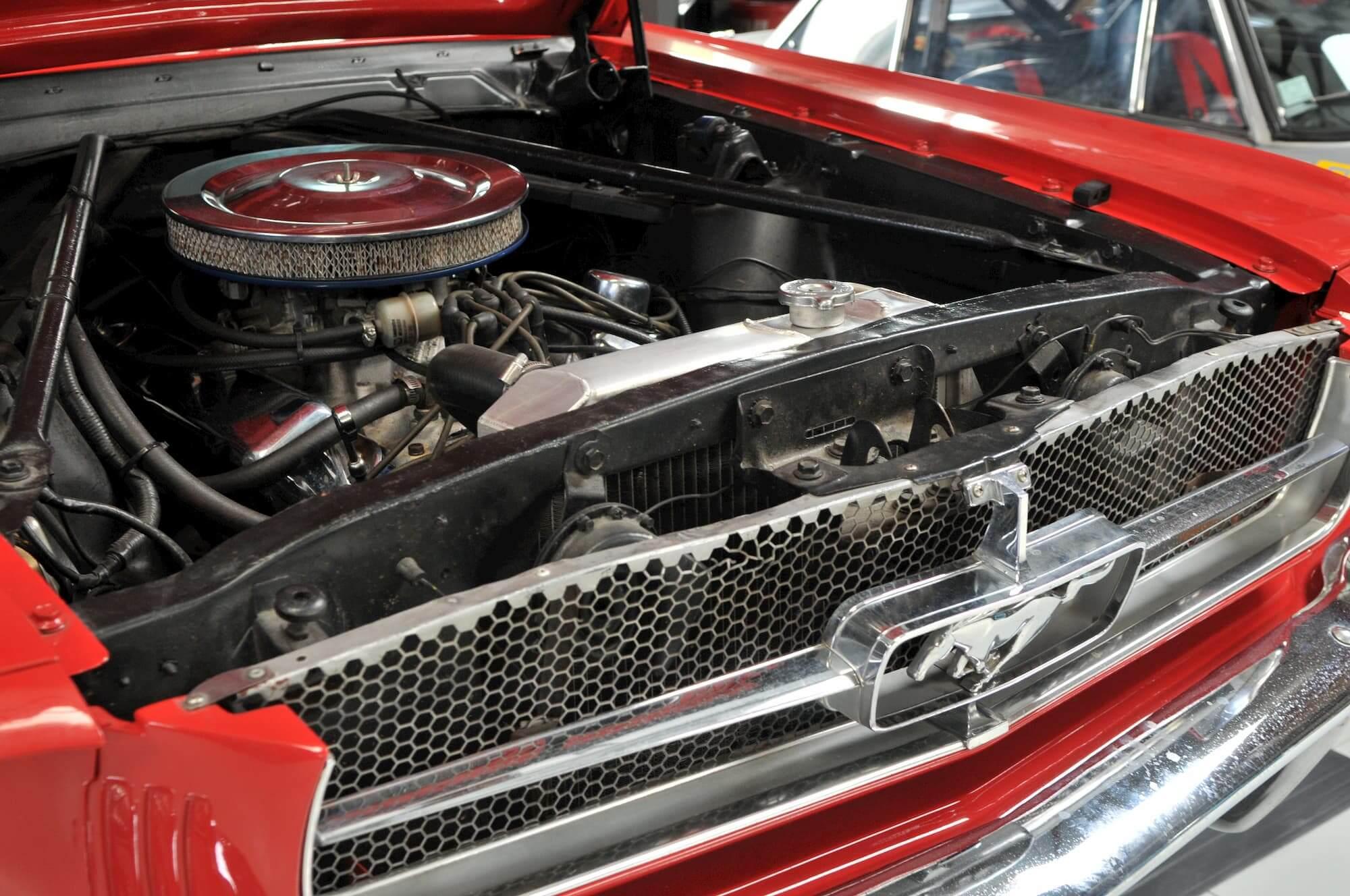 Moteur de la Ford Mustang - restauration de voiture américaine ancienne