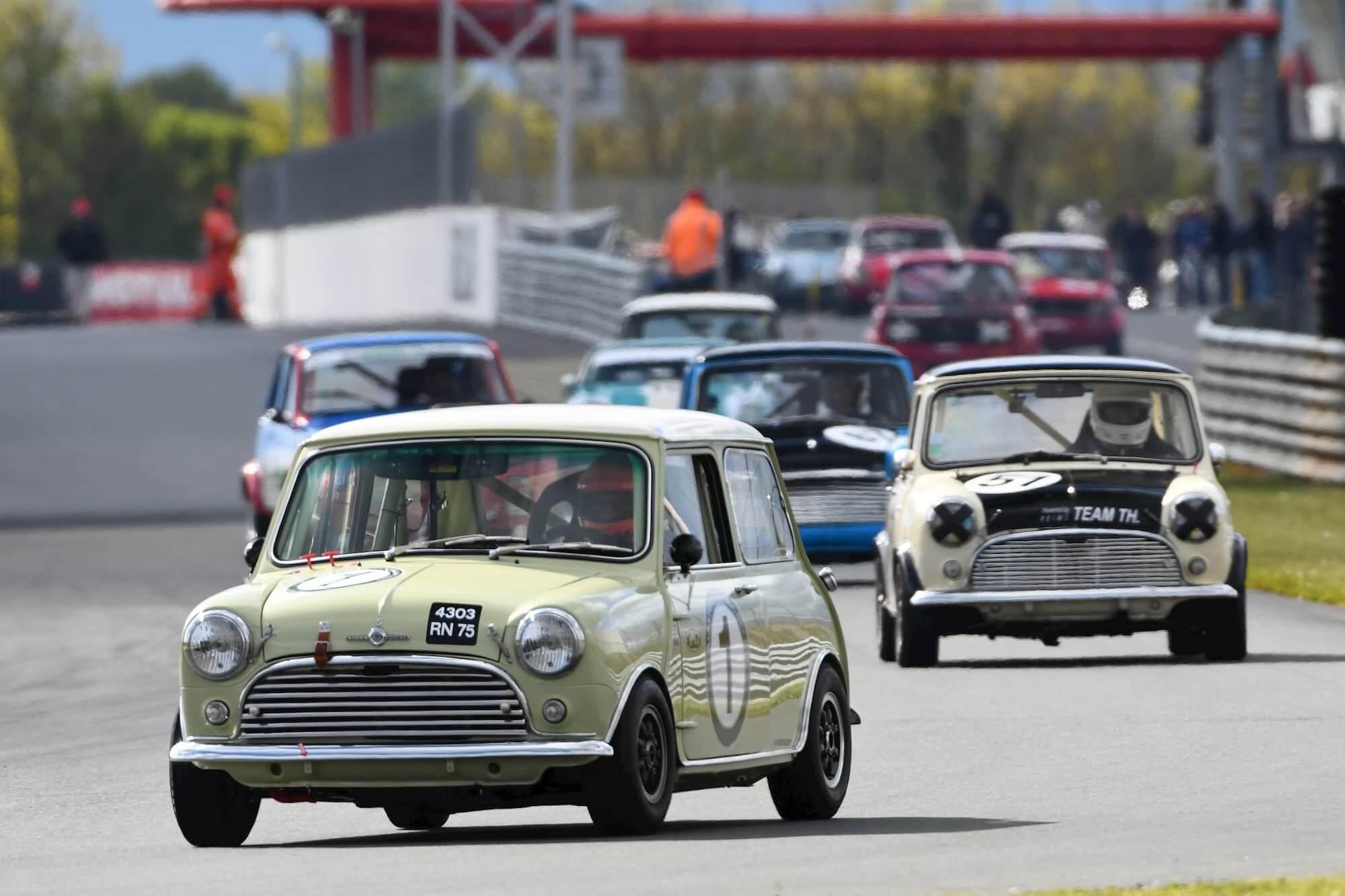 Historic Tour à Le Vigeant - Mini Cooper S MK1 sur le circuit Val de Vienne