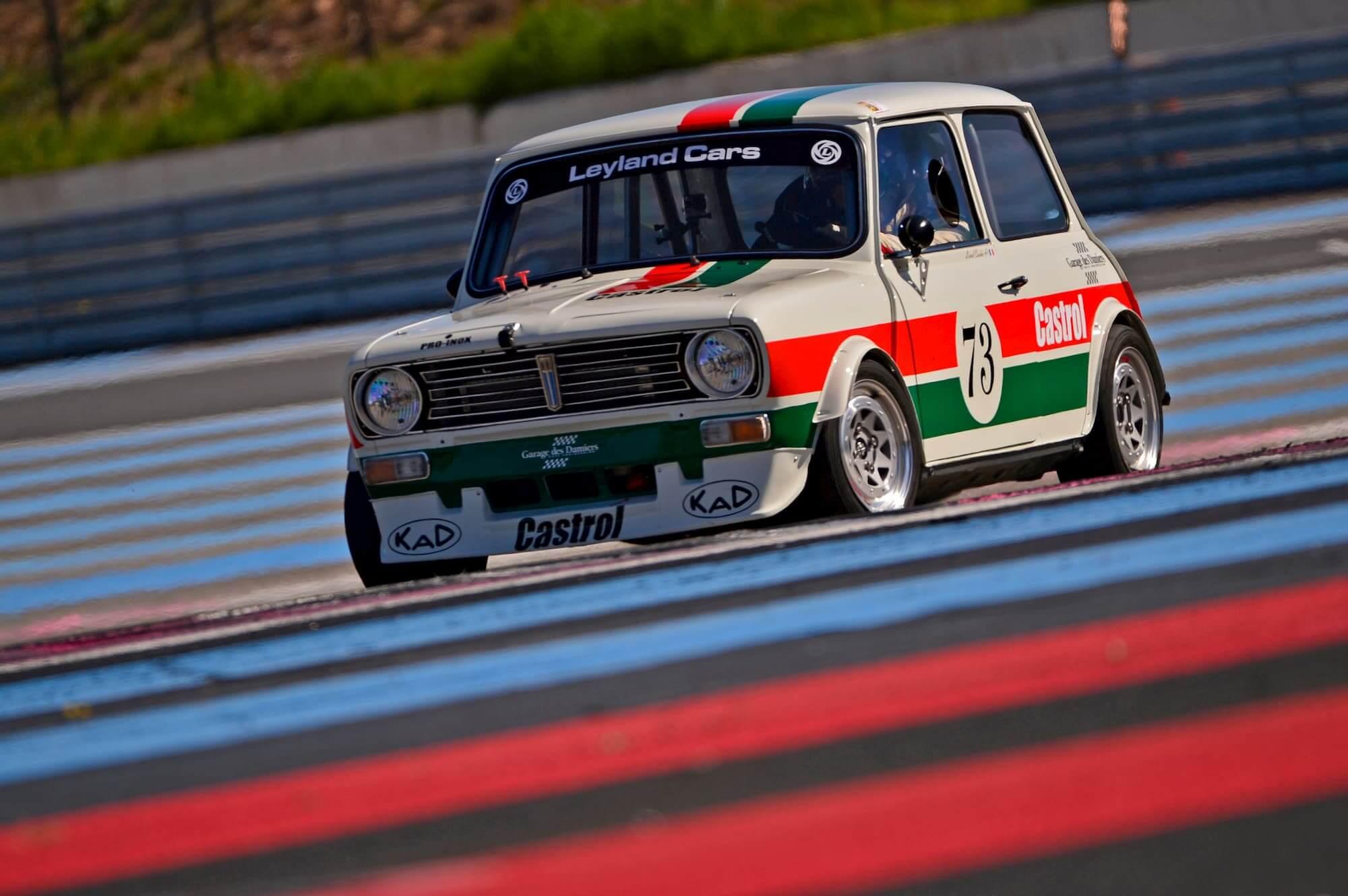 Austin mini 1275 GT en course sur le circuit Paul Ricard - Historic Tour