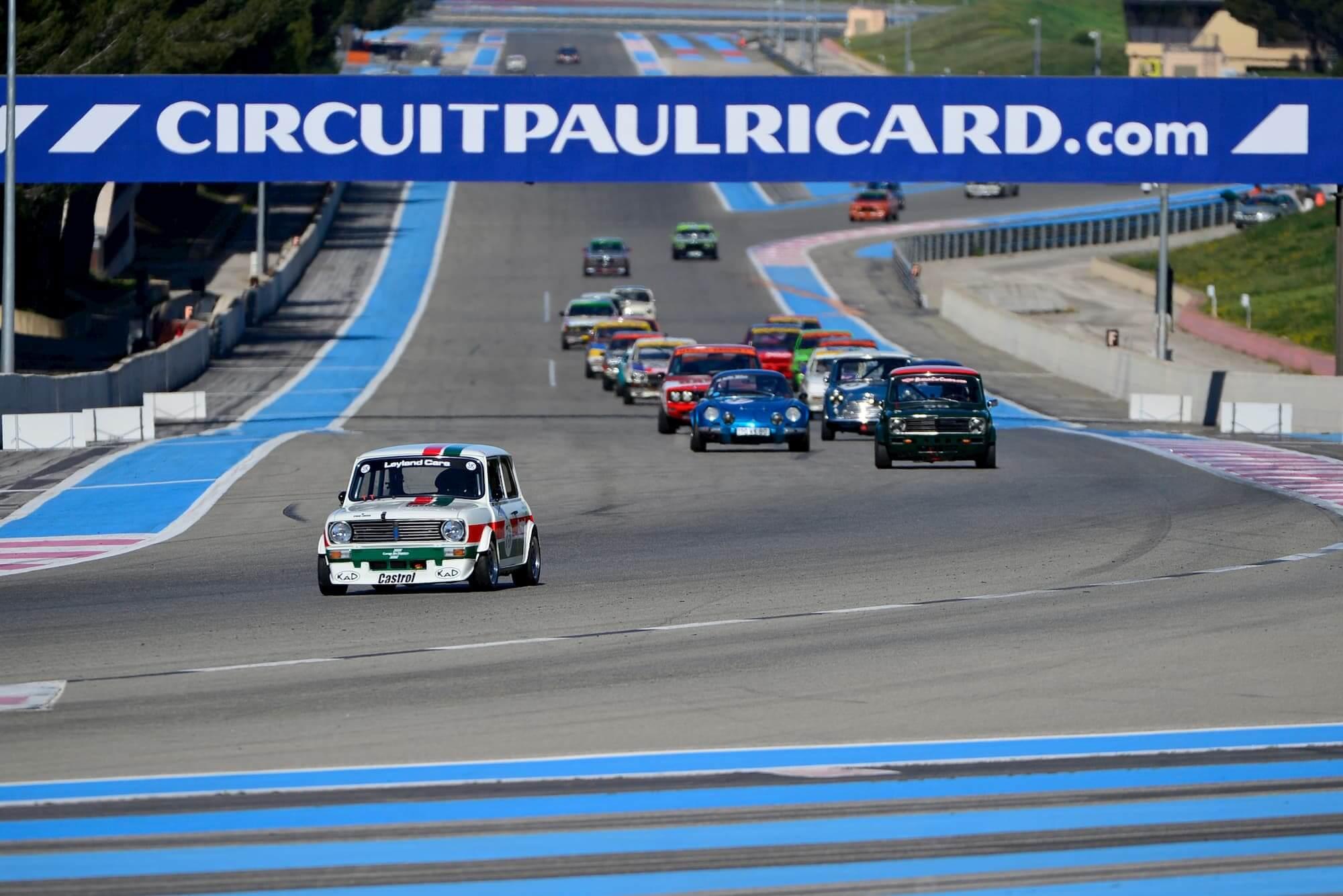 Mini 1275 GT et ses concurrents sur le circuit Paul Ricard à Le Castellet