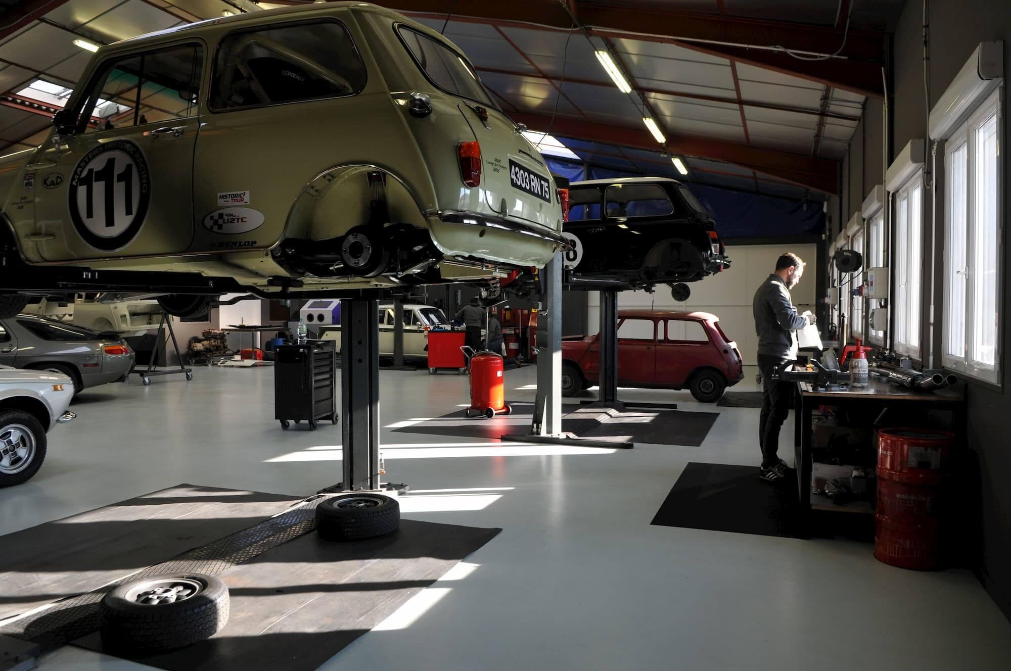 Mini Austin à l'atelier mécanique du Garage des Damiers - Course automobile