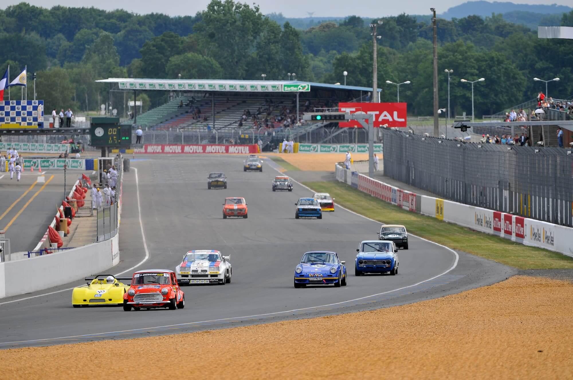 Trophée Saloon Car Sixties - Austin Mini Miglia en tête - Le Mans Classic