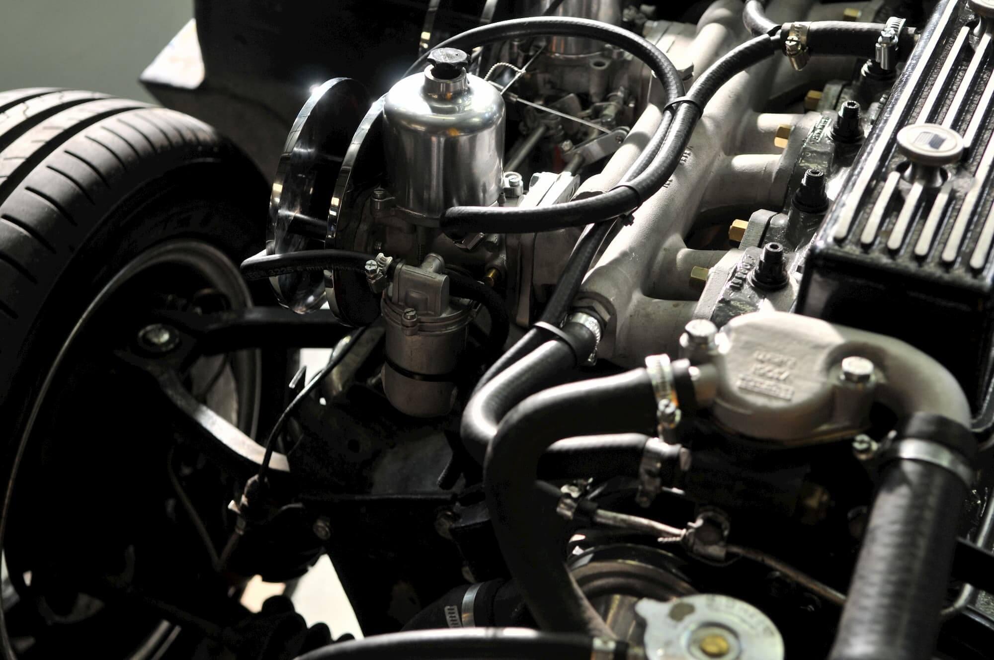 Triumph GT6 à l'atelier mécanique du Garage des Damiers - Old british cars