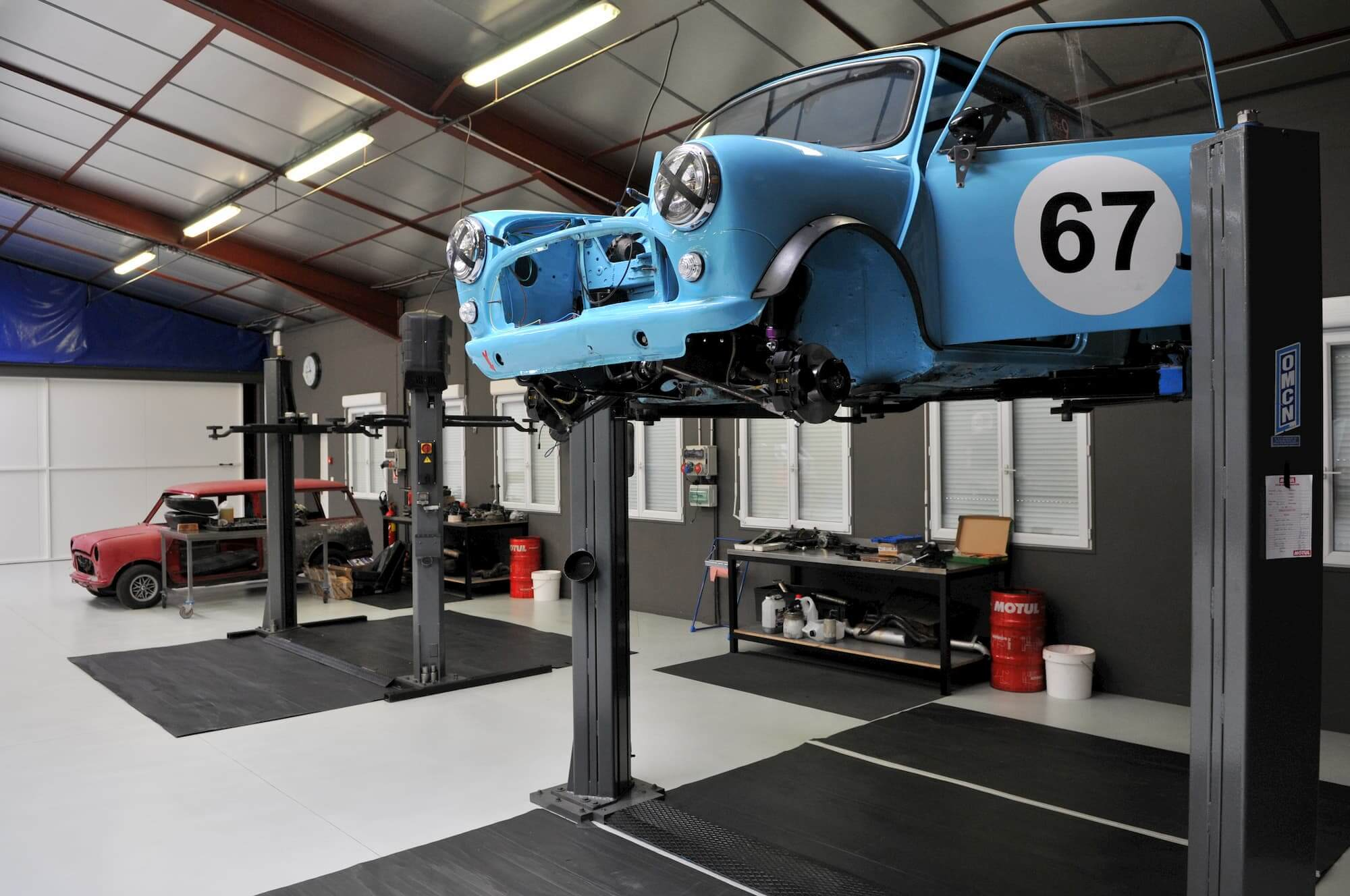 Austin Mini voiture de collection - préparation pour la course automobile